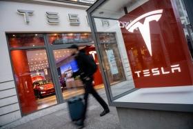 Акции Tesla упали после